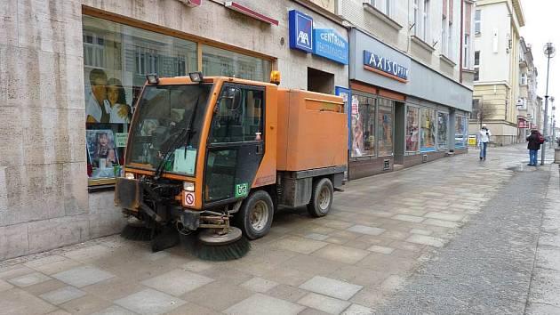 Technické služby začaly v táborských ulicích s úklidem.