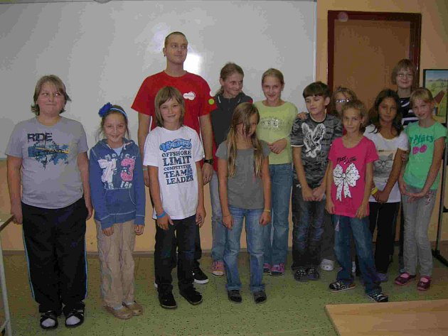 Želečtí školáci se svým učitelem z Ameriky.