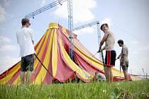 V AKCI. Přípravy táborského festivalu Mighty Sounds, který se stal loni jihočeskou kulturní událostí roku, jsou v plném proudu. Festival dává práci například brigádníkům z Tábora i okolí, při stavbě pódií a stanů je potrápily vysoké letní teploty.