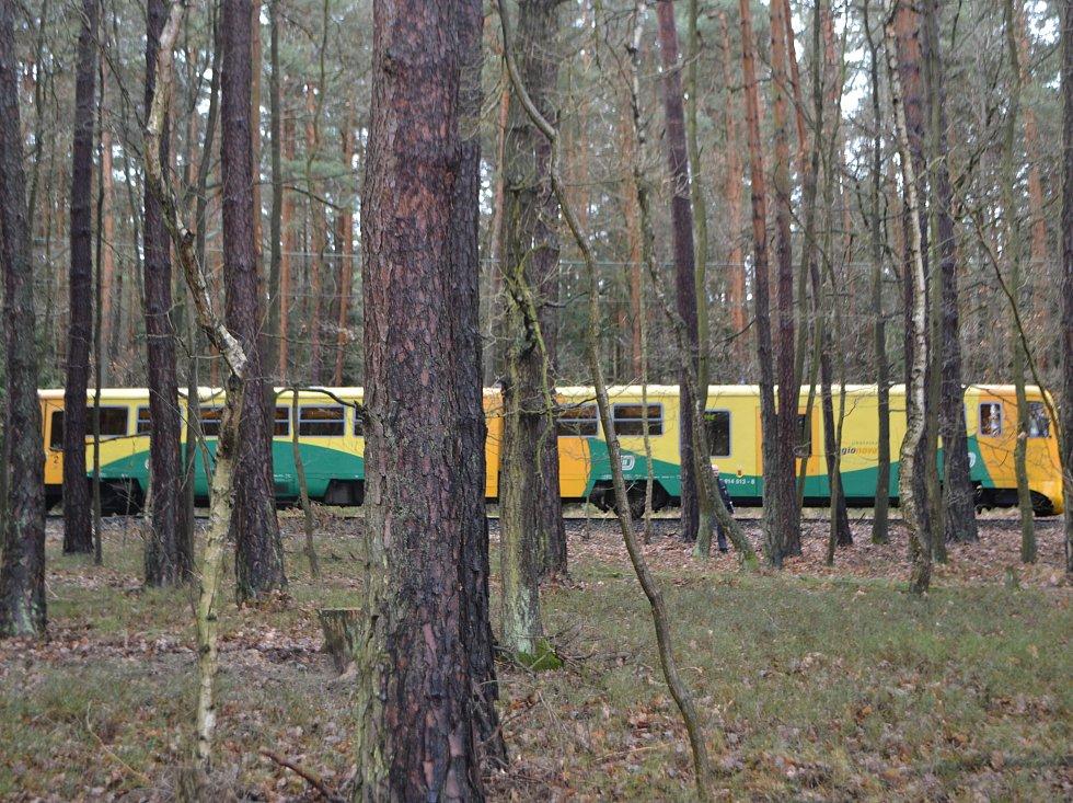 Mezi obcemi Bechyňská Smoleč a Všechlapy si v úterý v lese mladý muž lehl na koleje a čekal na projíždějící vlak. Záchranka zraněného transportovala vrtulníkem na traumatologii do Českých Budějovic..