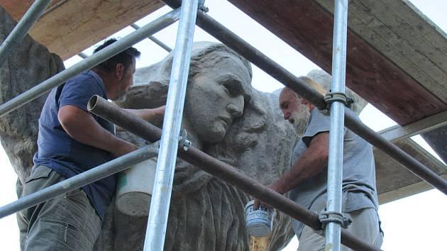 Kopie monumentálního díla Františka Bílka Modlitba nad hroby na chýnovském hřbitově se po 40 letech dočkala renovace.