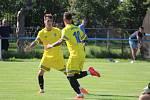 Fotbalisté Baníku Stříbro (zleva Dominik Tůma a Giuseppe Lanfranchi) se chtějí po zápase proti ZD Meclov radovat stejně jako při zisku tří bodů na hřišti také nováčka FK Staňkov.