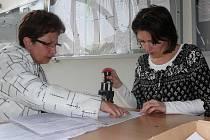 Ve čtvrtek přinesla na táborský finanční úřad daňové přiznání i Zdeňka Hrochová (vlevo)