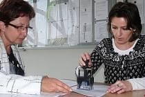 Podání daňového přiznání na Finančním úřadě. Ilustrační foto.