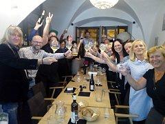 Členové Tábora 2020 oslavují vítězství v táborských komunálních volbách.
