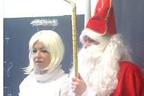 Fotografie z loňského roku, Zuzana Valková jako anděl a Lucie Hejná jako Mikuláš v Košicské škole.