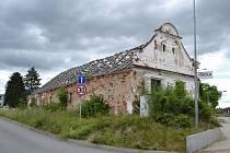 Ruina statku hyzdí centrum Malšic už tři desetiletí.