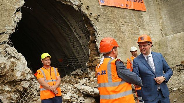 VIDEO: Stavaři prorazili tunel v Mezně. Zrychlí vlaky na 160 km/h