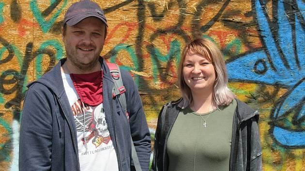 Jejich pracoviště je ulice, jejich posláním je snižování zdravotních a sociálních dopadů užívání drog na klienty i na společnost. Martin a Nikola se snaží motivovat uživatele drog ke změně, která může vést kabstinenci.