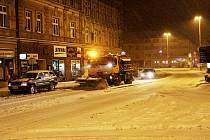 ÚKLID ULIC. Prohrnovače a sypače se nezastavily celou noc na pátek.  Na táborském Křižíkově náměstí například musely odklidit několikacentimetrovou vrstvu ujetého sněhu.