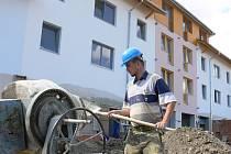 Stavba třiadvaceti nových bytů v Želči pokračuje. Hotova by měla být v říjnu, potom přijde kolaudace a přibližně na přelomu roku se budou moci nájemníci nastěhovat.