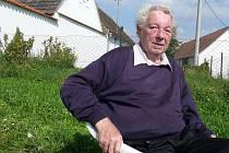 Důchoce Jan Žalda neodolal a přišel  posedět na letní sluníčko.