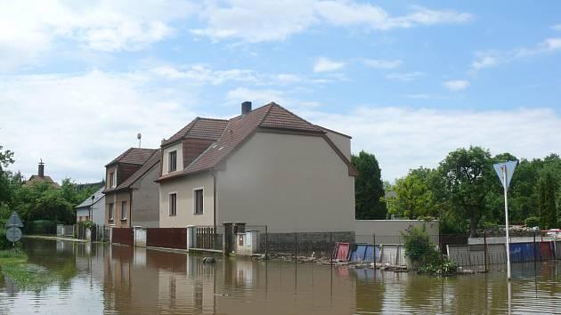 SOKOLSKÁ ULICE. Voda ze Sokolské ulice bude odtékat několik dnů. Ještě včera bylo místy 50 centimetrů vody.