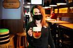 Lidé se točeného piva už nemohou dočkat, podle servírky Zdenky si rezervují místa v táborské restauraci Original hlavně na večer.