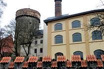 Poblíž věže Kotnov stávala ještě jedna podobnávěž. Najejímmístěvyrostlv 17.století pivovar.