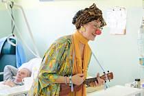 Zdravotní klauni přivezli do táborské nemocnice pacientům radost a smích.