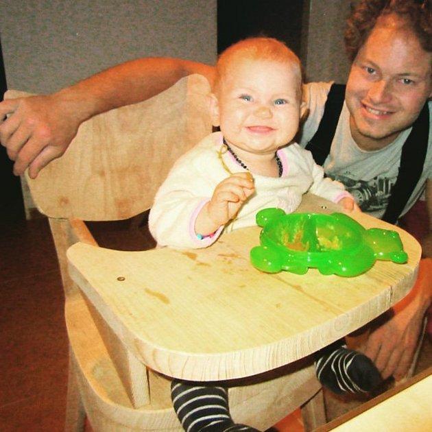 Dceři jsem vyrobil jídelní židli. Byl to nápad přítelkyně, který jsem realizoval. Vyvýšil jsem sedačku staré židle a přidělal kní nový pult. Díky ní může snámi sedět ustolu, když jíme. Podobných nápadů jsem realizoval mnohem více. Inspiraci hledám třeb