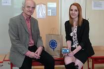 NIKOLA PINCOVÁ na snímku s Janem Kapplerem, zástupcem ředitelky Obchodní akademie v Táboře.