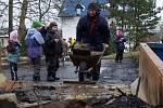 Občané Tábora uklízeli spáleniště Hýlačky.