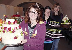 SVÁDÍ K NAKOUSNUTÍ. Soběslavskou střední školu řemeslnou v soutěži prezentovaly Michaela Krásná, Kristýna Mašková a Barbora Malenická. Musely i aranžovat květiny na dort.