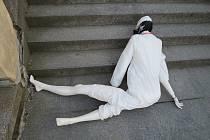 Záhadná figurína oděná do ochranného obleku, v roušce a vybavená nápisem scifi se objevila u táborské Střelnice.