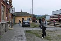 I když čekárna nyní opět ožije lidmi, její zajímavost odvál technický pokrok. Výstavu železničních cedulek musel majitel  Zdeněk Černý odstranit.