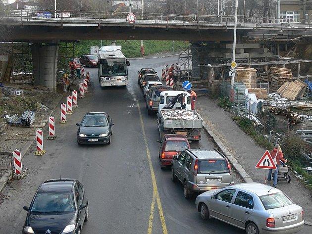 Uzavřené přejezdy kolejí ucpaly město.
