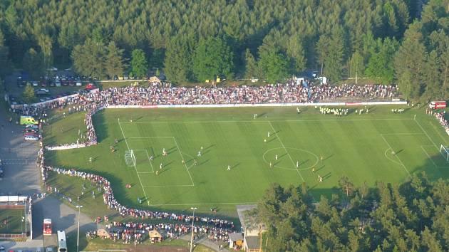 Letecký snímek fotbalového zápasu mezi FC MAS Tábor a FC Dynamo České Budějovice