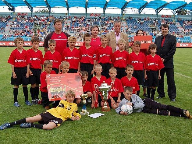 Král letošního ročníku E–ON Junior Cupu, mužstvo FK Tábor, po vítězném finále s Pískem.