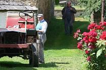 ORANŽOVÁ STUHA. Smilovy Hory získaly v jihočeském kole Vesnice roku 2007 ocenění za výjimečnou spolupráci se zemědělským subjektem, v tomto případě se Zemědělským družstvem Smilovy Hory. O celkovou třetí jihočeskou příčku se dělí Radětice u Bechyně a česk