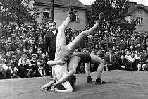 Zápasnický sport měl v Táboře poměrně svízelné začátky, postupně si však vybudoval neuvěřitelný respekt a popularitu. Na snímku exibiční zápas  Karla Krätzera (ve stojce) a Stanislava Bartáčka na Svépomoci z 50. let.