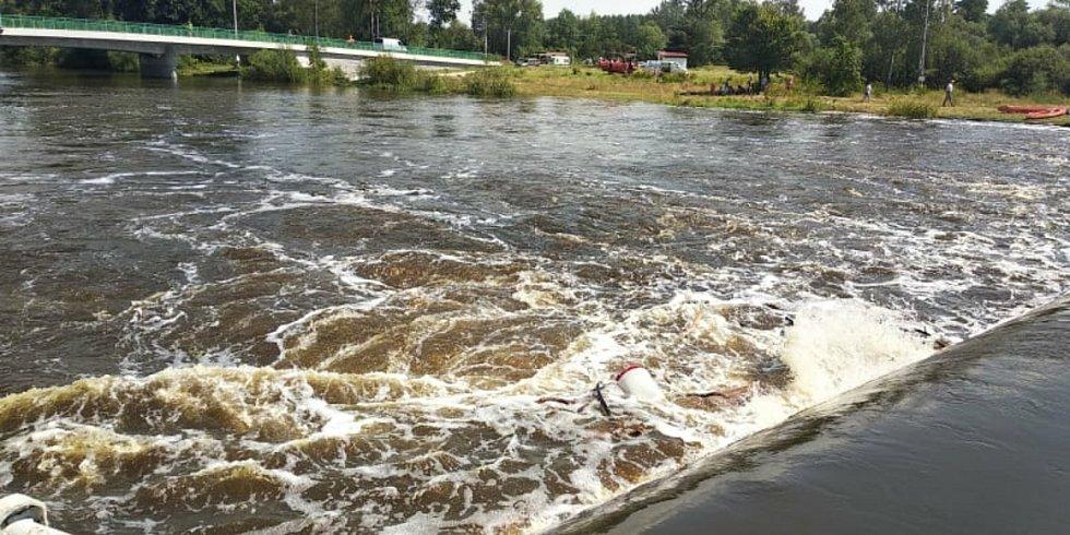 Bojem o život dvou vodáků skončila jejich sobotní plavba po řece Lužnici v katastru Dráchova.