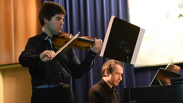Houslista Milan Al-Ashhab a klavírista Adam Skoumal