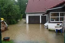 V Zárybničné Lhotě je val, který chrání zahrady a domy před velkou vodou, již upravený