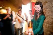 Sobotní školou sabráže provázel mistr světa v této disciplíně Kamil Prokeš a došlo i na sekání hrdel lahví přímo od účastníků. (Foto: archiv festivalu)