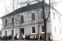 Bývalá škola byla postavena roku 1833 jako jednopatrová budova. V roce 1906 jí ale přistavěli ještě jedno.