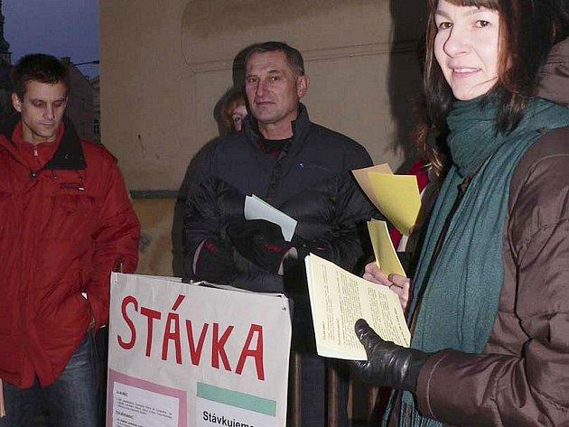 Včera v půl osmé ráno se sešli stávkující před Gymnáziem Pierra de Coubertina. Ke stávce, kterou vyhlásil Českomoravský odborový svaz pracovníků školství se přihlásilo 26 pedagogů.