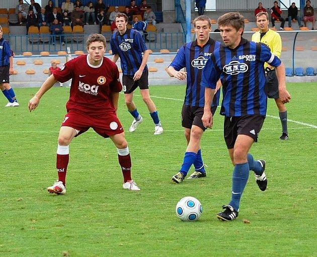 Miroslav Jelen (u míče) dal první gól Spartaku MAS B v Písku.
