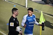 Stephano de Almeida Alves (vpravo na snímku z domácího duelu s Chrudimí) měl v nastaveném čase znovu blízko ke gólu, ale trefil jen tyč. Ústí nad Labem - Táborsko bez branek.