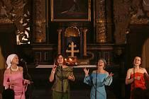 PODRUHÉ V TÁBOŘE. Minulý víkend vystoupily Yellow Sisters v táborském kostele sv.  Jakuba (zleva Toni, Bára a Hawa).  Byla to jejich druhá návštěva Tábora, poprvé zazpívaly při loňském Videofestu v bývalém Mileniu.
