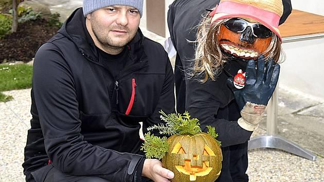 Vítěz soutěže o nejkrásnější dražickou halloweenskou výzdobu Rudolf Vrchota (na snímku) vyráběl svou dekoraci až do dvou hodin do rána.