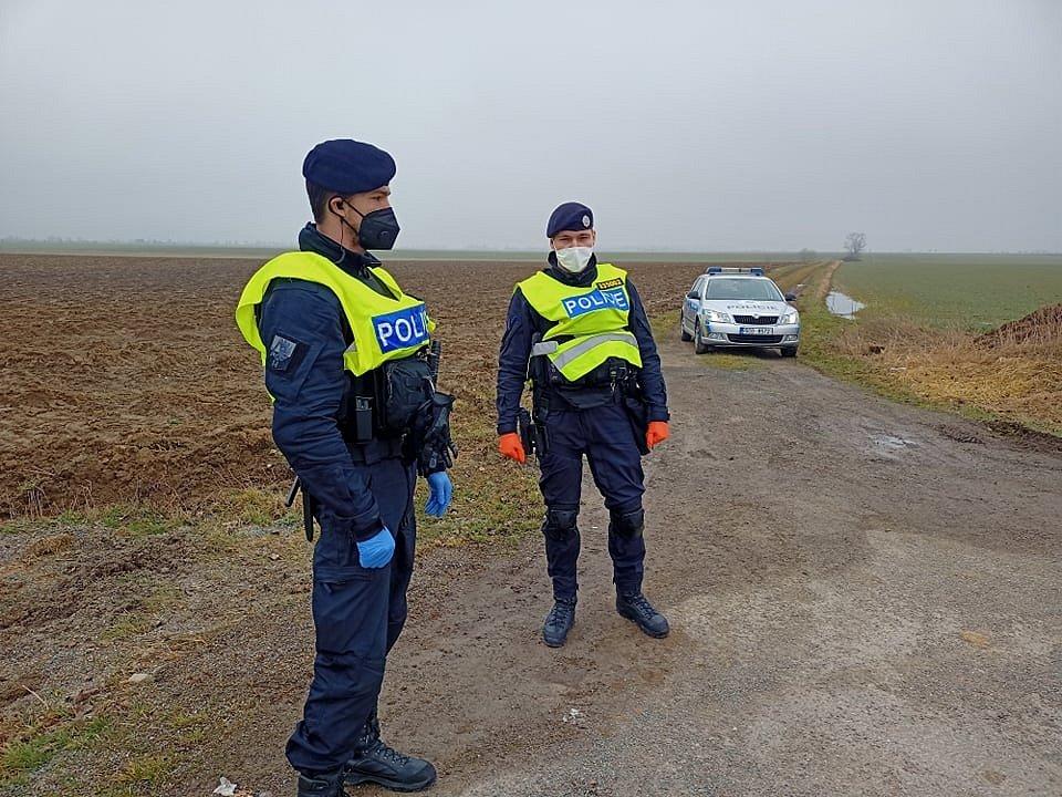 Policejní hlídka na hranicích okresů Tábor a České Budějovice.