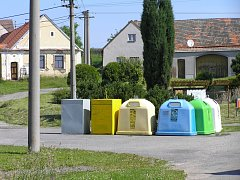 NÁVES v Čerazi zdobí kontejnery. Proti tomu se ohradila část místních a chtějí, aby se nádoby na separovaný odpad vrátily na kraj zástavby směrem od Soběslavi.