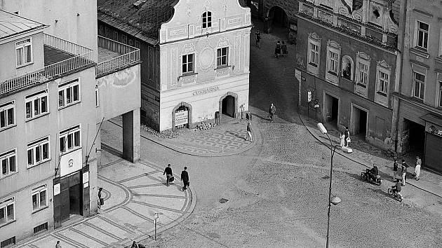 Dobová fotografie z dílny táborských fotografů Marie a Josefa Šechtlových je jasným důkazem, že po táborském Žižkově náměstí  městský autobus opravdu jezdil. Na fotografii vpravo dole na něj  čeká trojice žen.