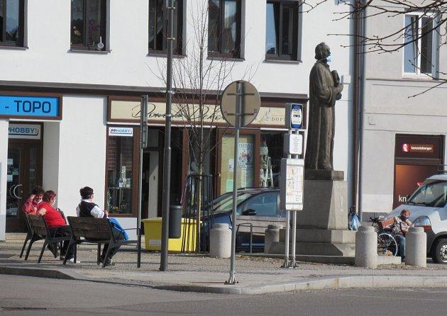 Vtipálek ozdobil rouškou také sochu mistra Jana Husa.