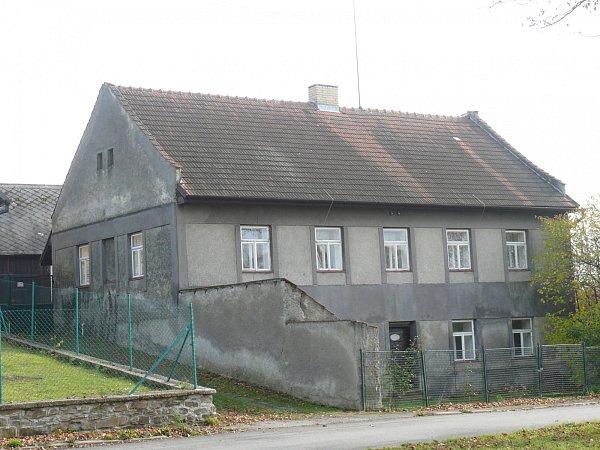 První škola uGregorů. Nyní slouží soukromým účelům.