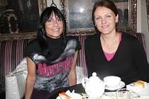 LETITÉ ZKUŠENOSTI. Liba Binková (vlevo) i Lucie Valderemao se věnují plavání s kojenci a batolaty řadu let. S kurzy můžete začít kdykoliv.