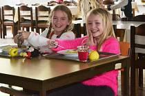 Stravování na Zborovské sviští v duchu nové doby, byť děti stále ujíždějí na klasice.
