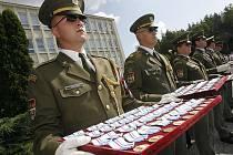 Již deset let se Armáda České republiky aktivně zapojuje do mírových operací sil NATO v Kosovu. Ve čtvrtek 6. srpna dopoledne na bechyňském letišti měli příslušníci KFOR, kteří se vrátili z mise, slavnostní nástup.