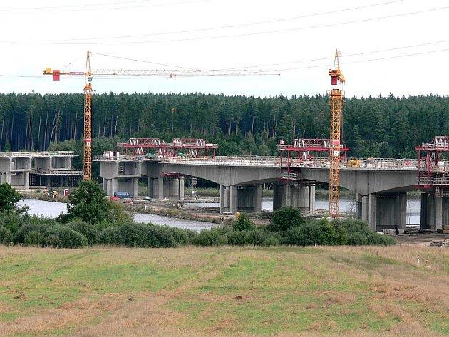 Dálniční most přes Koberný těsně před spojením.